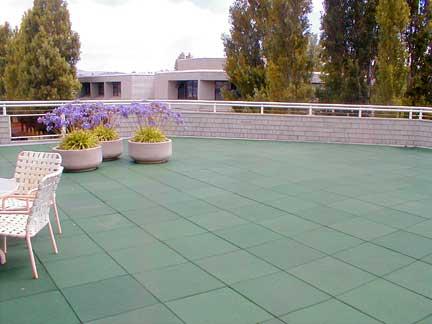 Pavimentos de caucho reciclado parques infantiles - Normativa barandillas exteriores ...
